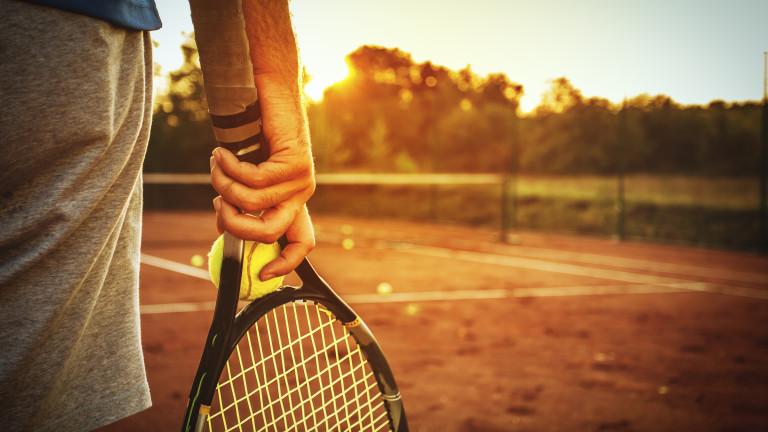 Двама тенисистибяха строго наказани за участие в уговорени срещи, информират