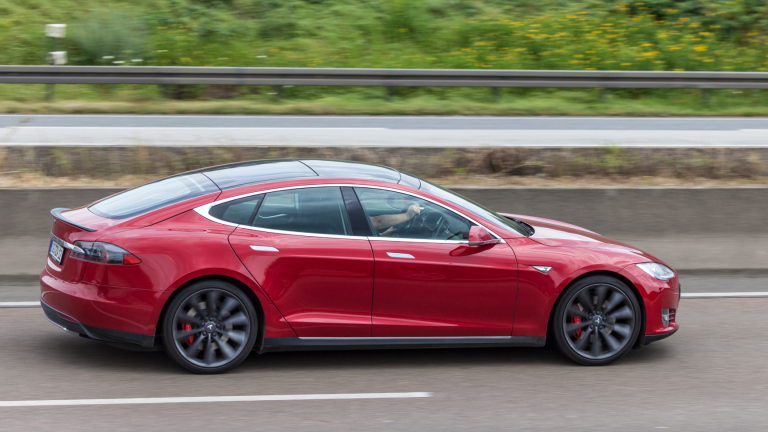 С колко щяхте да забогатеете, ако бяхте вложили парите за Model S в акции на Tesla?