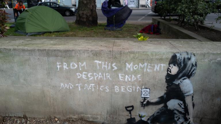 Banksy подкрепи протестиращите в Лондон с нова рисунка