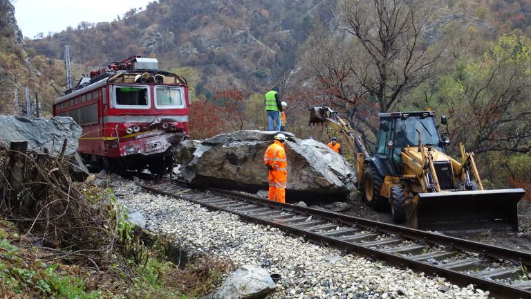 Вече 40 часа продължава разчистването на железопътното трасе в Кресненското