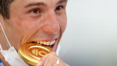 Защо олимпийските шампиони хапят медалите си