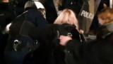 В Полша гонят със сълзотворен газ и сила протестиращи срещу забрана за аборти жени