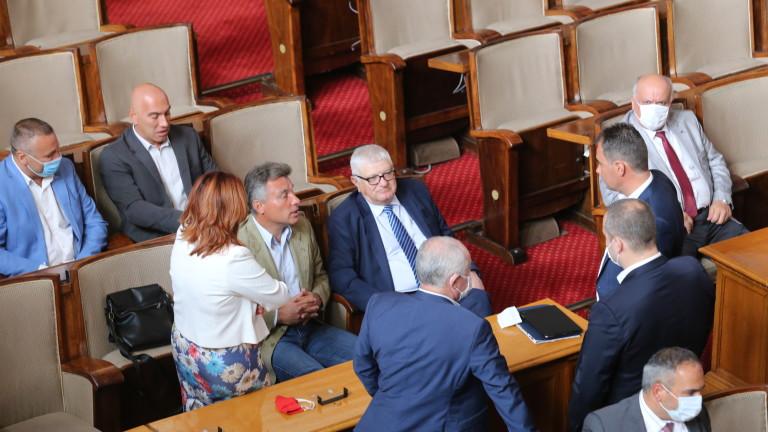 Часове след проваленото извънредно заседание на парламента от партия