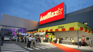 bauMax може да напусне България