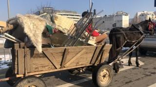 Паяк вдигна каруца, натоварена с гуми за горене