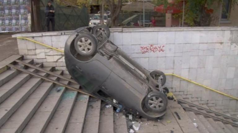 Пияна жена влезе в подлез с кола