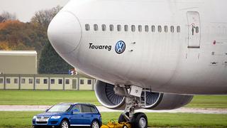 VW Touareg тегли Boeing 747