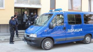 """Полицията щурмува апартамент със """"сутрешни"""" пияници, хвърляли буркани с бензин през балкона"""