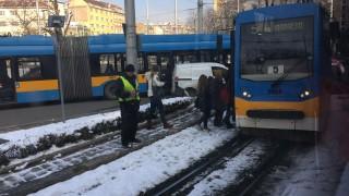 Кола се вряза в трамвай на кръговото на Руски паметник