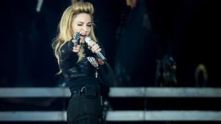 Мадона остана само по... чанта