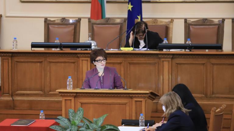 Десислава Атанасова настоя в кулоарите на парламента да чуе позицията