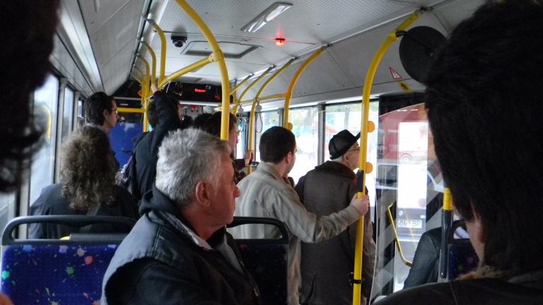 """Нови двуезични стикери ще """"красят"""" градския транспорт на София"""