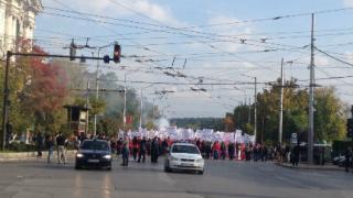 Хиляди цесекари тръгнаха протестно към парламента
