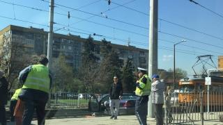 Автомобил се качи на релсите и блокира трамваите по линия 22