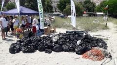 Доброволци събраха 140 чувала боклуци от плажове в Бургас и Варна