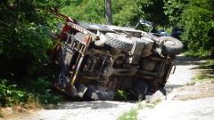 Камион на ЧЕЗ се преобърна в Кюстендилско, има пострадал