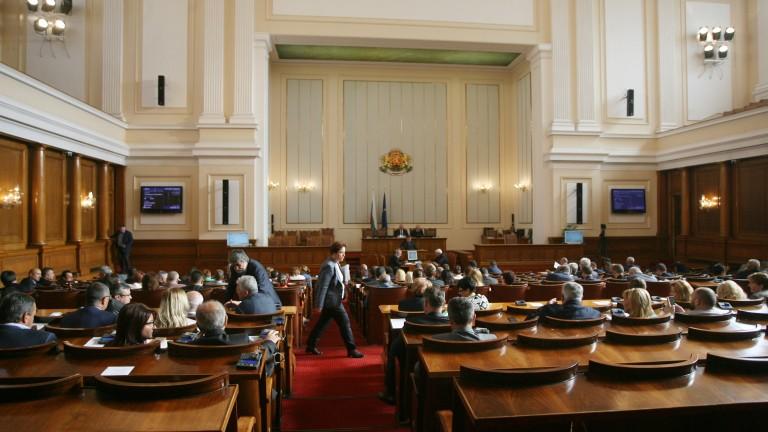 Депутатите почетоха първия учебен ден. Тон зададоха герберите.