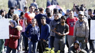 Забраниха на 150 мигранти да слязат от влак на границата между Босна и Хърватия