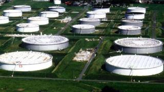 Нефтът успокоява цените си