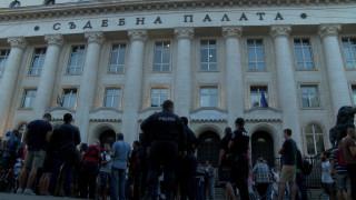 Граждани и журналисти протестират пред столичната Съдебна палата