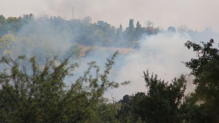 Трети ден гасят пожар в Сакар