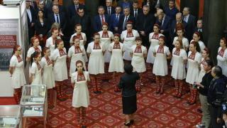 Депутатите посрещнаха камата на Левски и сабята на Ботев