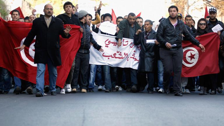 200 арестувани, десетки ранени при бунтове в Тунис