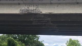 Извънгабаритен багер счупи трегерите на мост край Казанлък