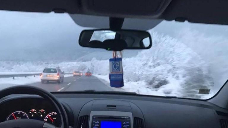 300 машини почистват пътищата от сняг