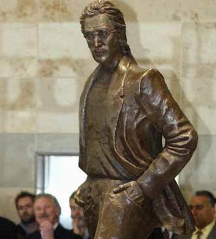 Откраднаха очилата от статуя на Джон Ленън