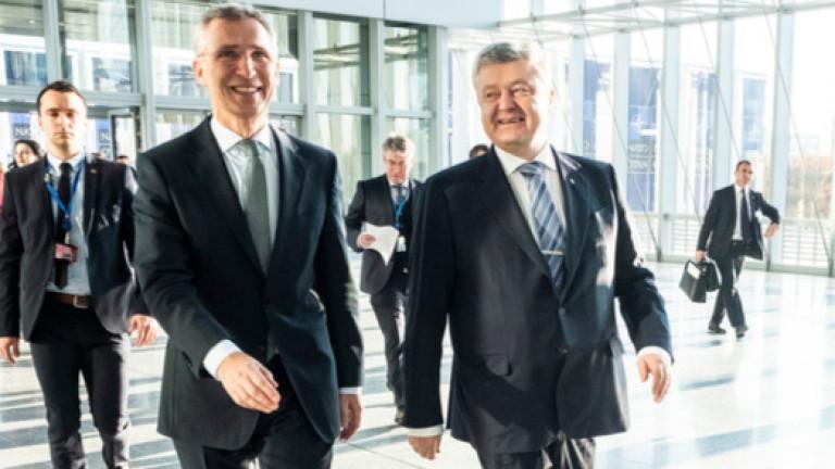 Генералният секретар на НАТО Йенс Столтенберг и украинският президент Петро