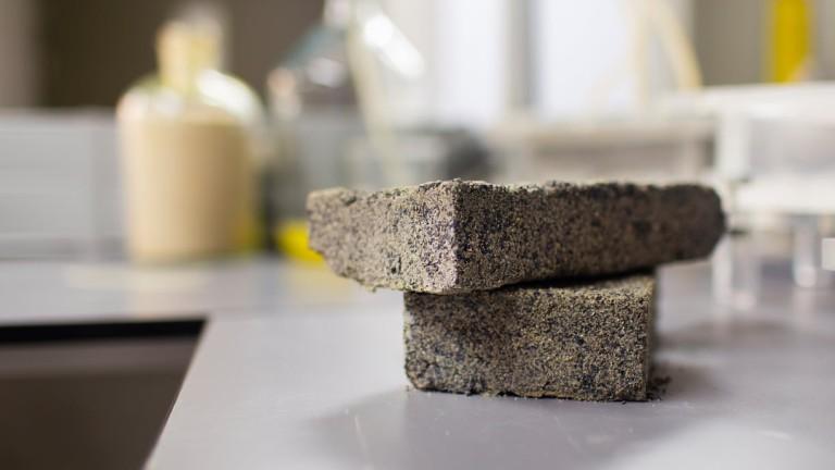 Студенти в ЮАР създадоха първата в света тухла с човешка урина