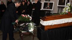 Стотици чакат в мъглата за последно сбогом с Велко Кънев