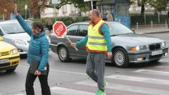 Полицаи следят къде пресичат пешеходците