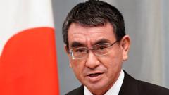 Японският министър за ваксинацията е фаворит за премиер
