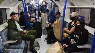 Великобритания сваля карантината за 70 държави, Джонсън иска задължително носене на маски