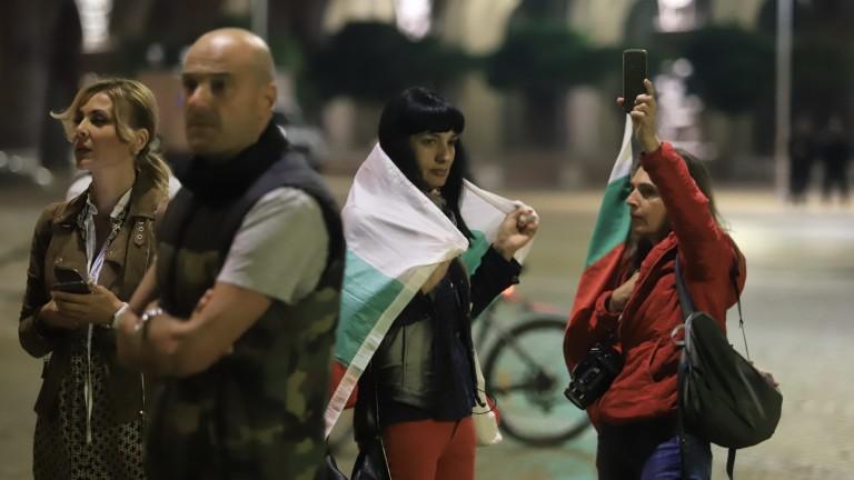 Към 21.00 часа протестиращите все още остават на площад