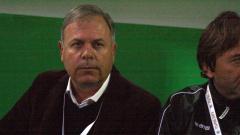 Стефан Генов скочи на Христо Янев и футболен съдия