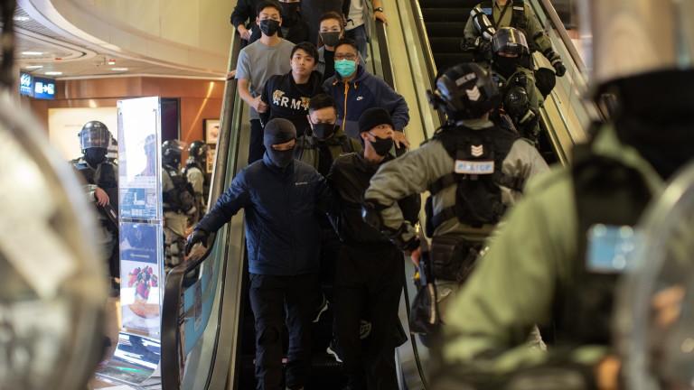 Нов уикенд на антиправителствено напрежение в Хонконг. Полицията се бори