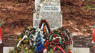 Вандали оскверниха паметника на Оборище