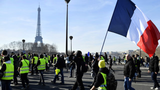 """С дървена Айфелова кула """"жълтите жилетки"""" празнуват 100 дни на протести"""