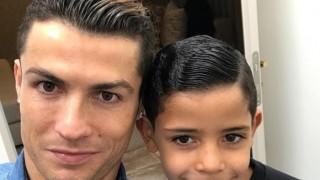 Роналдо тренира под карантина със сина си