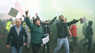 """Ексцесии на """"Олд Трафорд"""", фенове нахлуха на терена"""