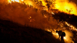 Голям пожар бушува край Атина