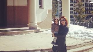Меги Димчева се оказа набожна, моли се в Пампорово