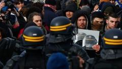 Петима полицаи пострадаха при безредици в бежански център в Германия