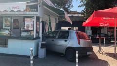 """Кола """"влезе"""" в заведение за бързо хранене след удар от камион"""