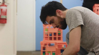 Художник печели хиляди долари от рубик кубчета