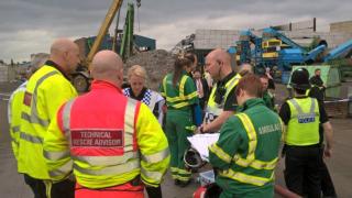 Петима загинали след срутване на стена в индустриална зона в Англия