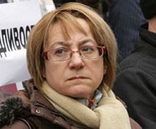 Почернена майка идва в съда да гледа Ченалова с белезници